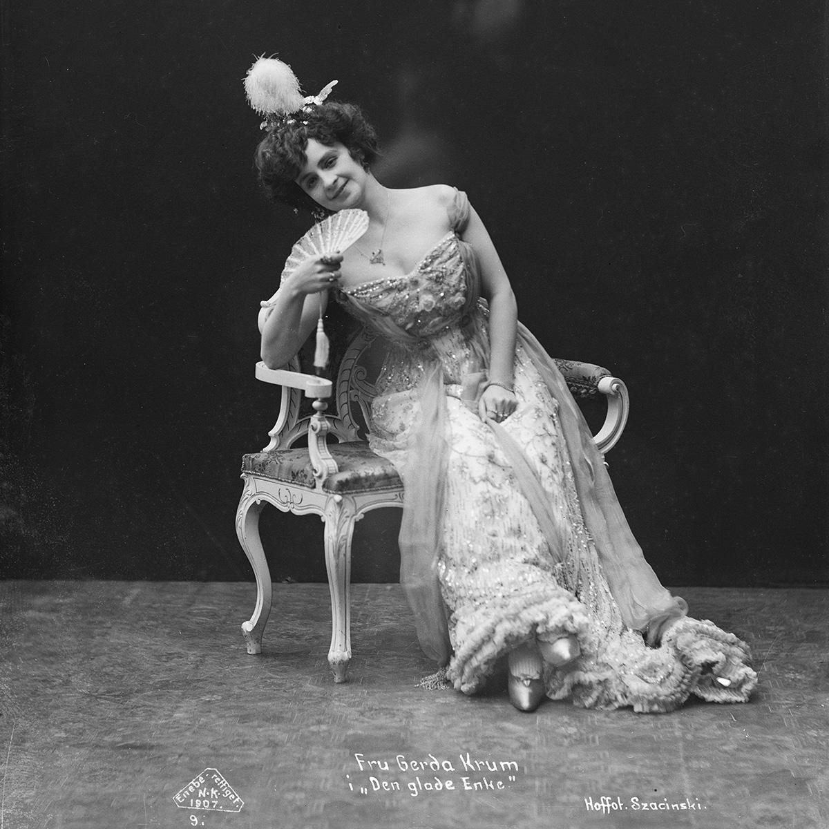 Skuespillerportrett av Gerda Krum fra «Den glade enke» på Nationaltheateret i Oslo 1907. Foto: L. Szasinski / Østfold fylkes billedarkiv
