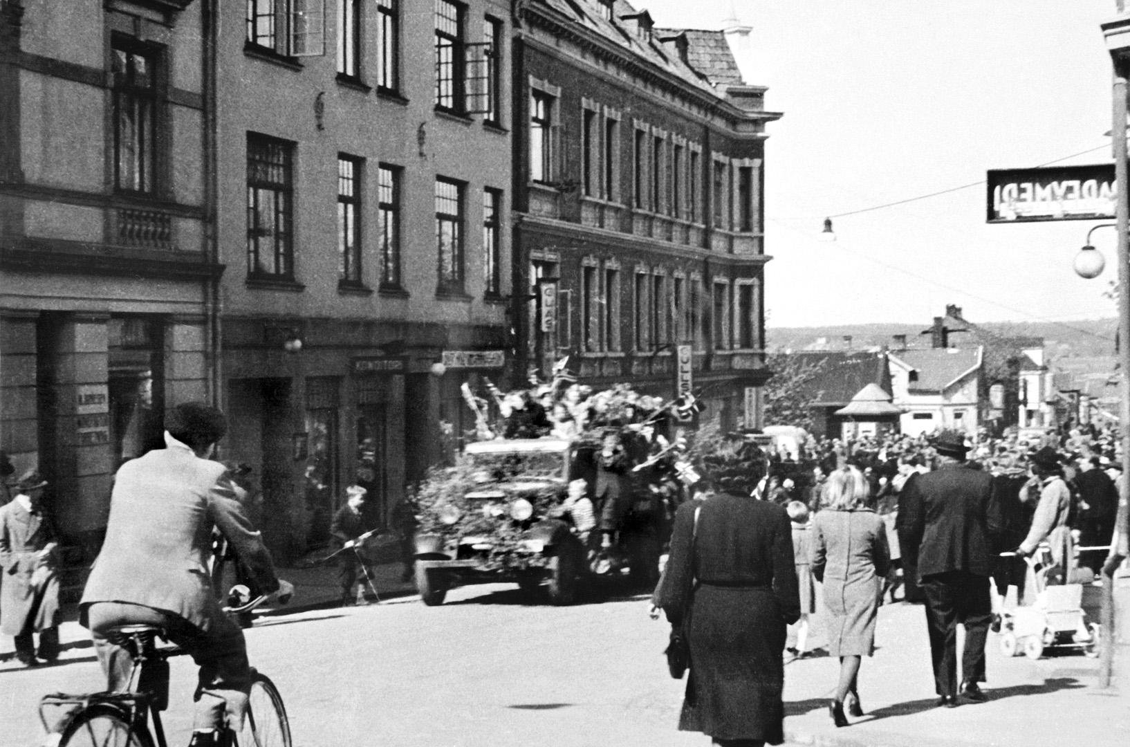 ØFB.1979-00116 Fredsbegeistring i Sarpsborg 8. mai 1945, reservepolitiet kommer hjem fra Sverige. Foto: Rolv Bjøreid / Østfold fylkes billedarkiv.