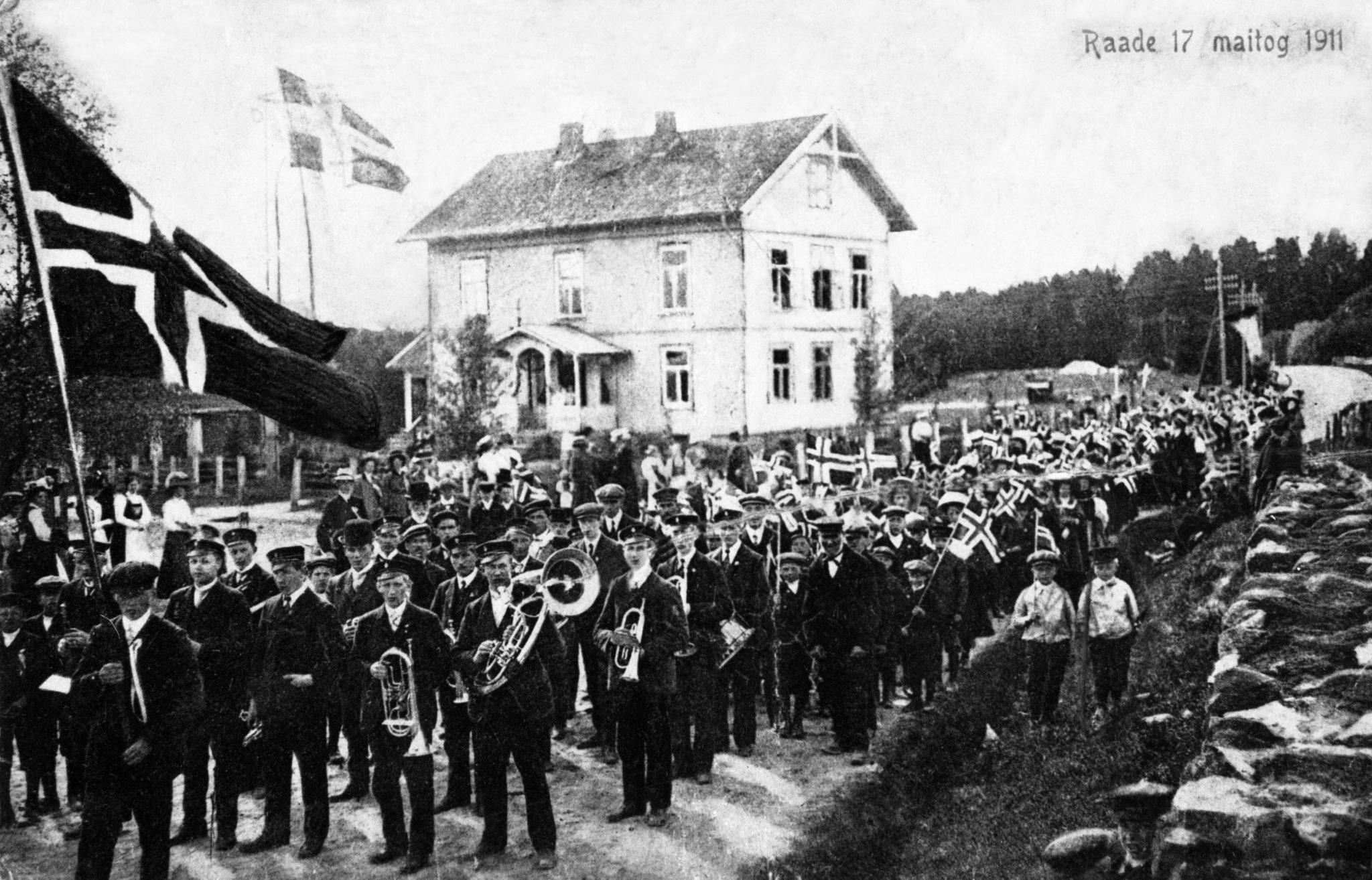 17. maifeiring ved det gamle herredshuset i Råde 1911. Fotograf ukjent / Østfold fylkes billedarkiv. ØFB.1979-00202
