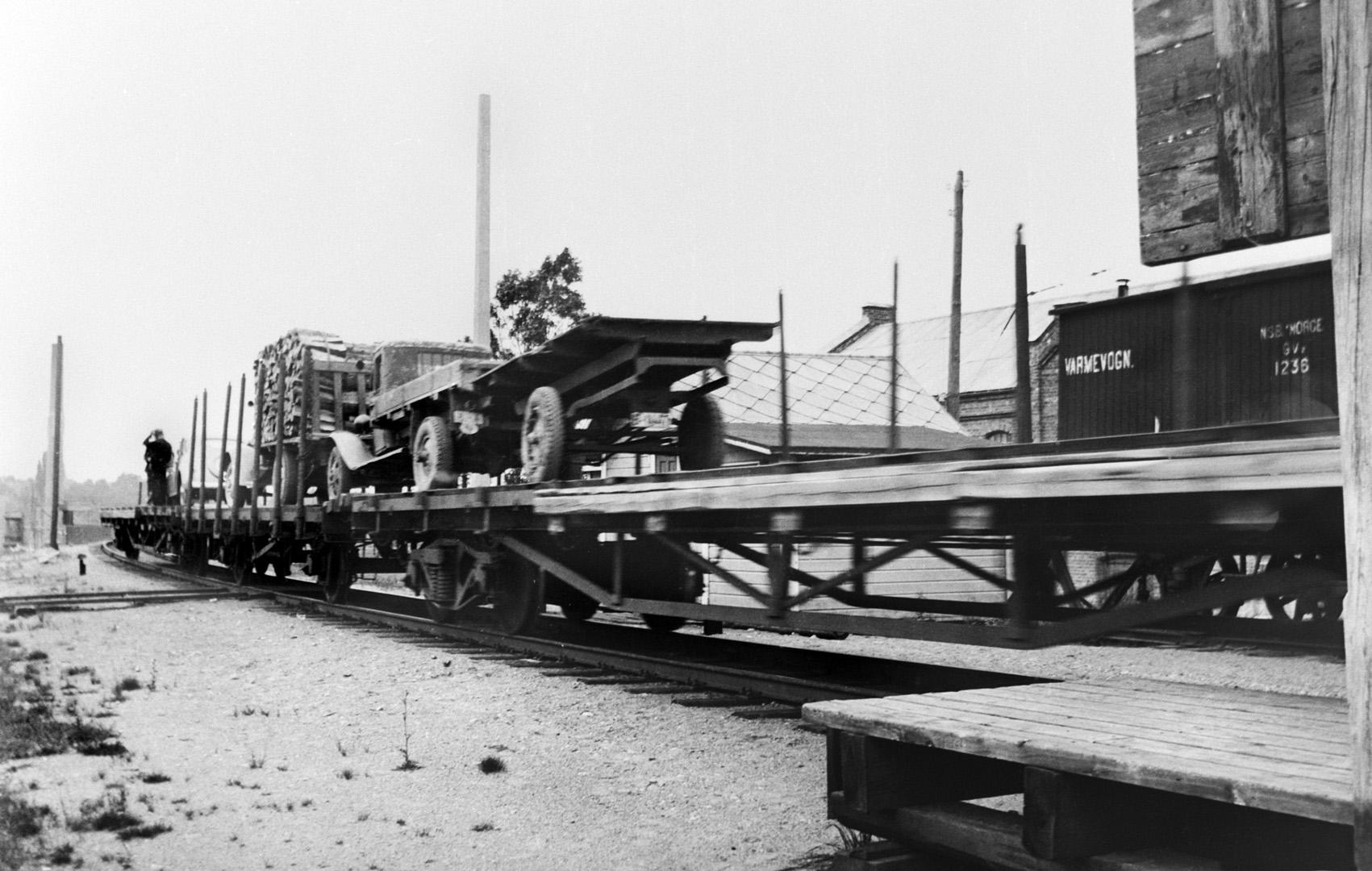 ØFB.1981-00212 Sarpsbrua sprengt i 1940, ved ulykke etter underminering. Biler kjøres over bru-stedet på jernbanevogner. Foto: Norsk Billedreportasje (Evang) / Østfold fylkes billedarkiv.