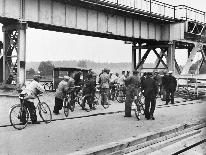 ØFB.1981-00212 Sarpsbrua sprengt i 1940, ved ulykke etter underminering. Provisorisk gangbru i jernbanebruas konstruksjon. Foto: Norsk Billedreportasje (Evang) / Østfold fylkes billedarkiv.