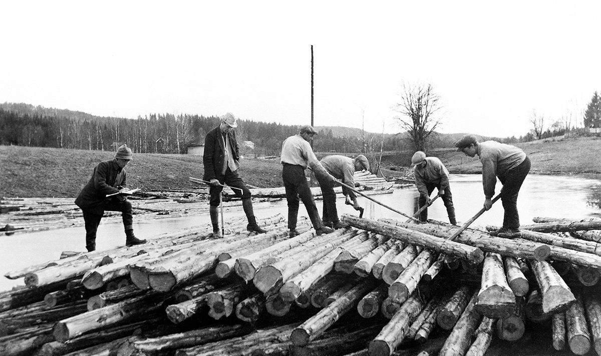 Tømmermerking ved Tukkenelva i Rømskog ca. 1915. Fotograf ukjent / Østfold fylkes billedarkiv