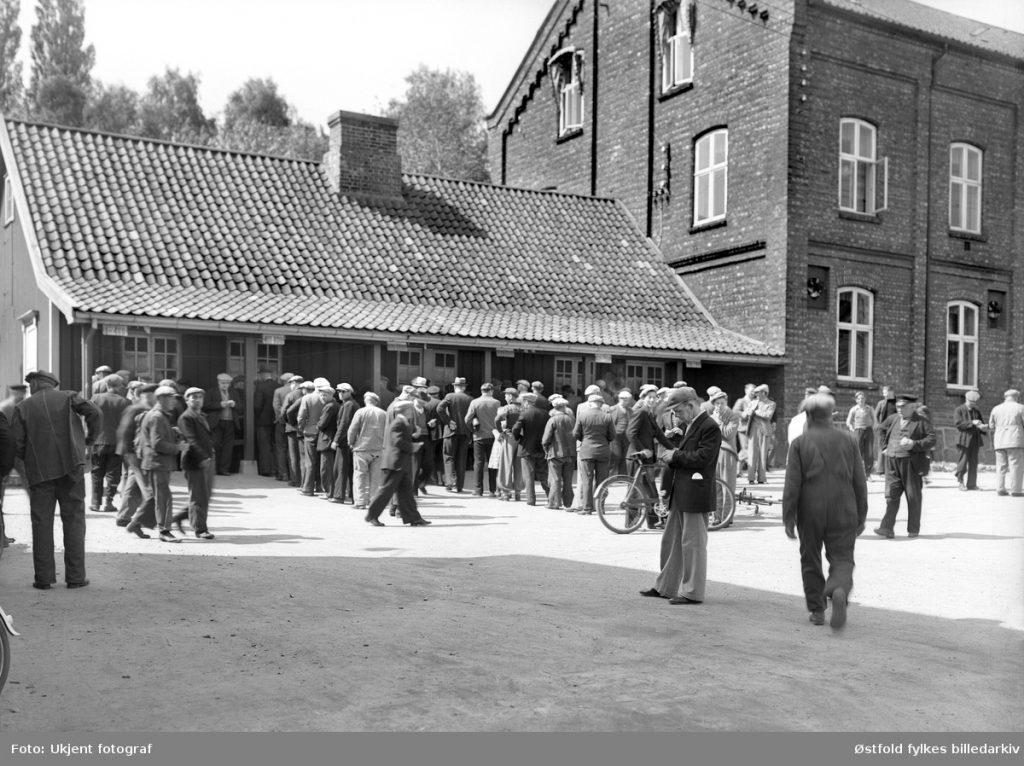 Lønningsdag ved Borregaard fabrikker i Sarpsborg 1939. Fotograf ukjent / Østfold fylkes billedarkiv. ØFB.1983-00922