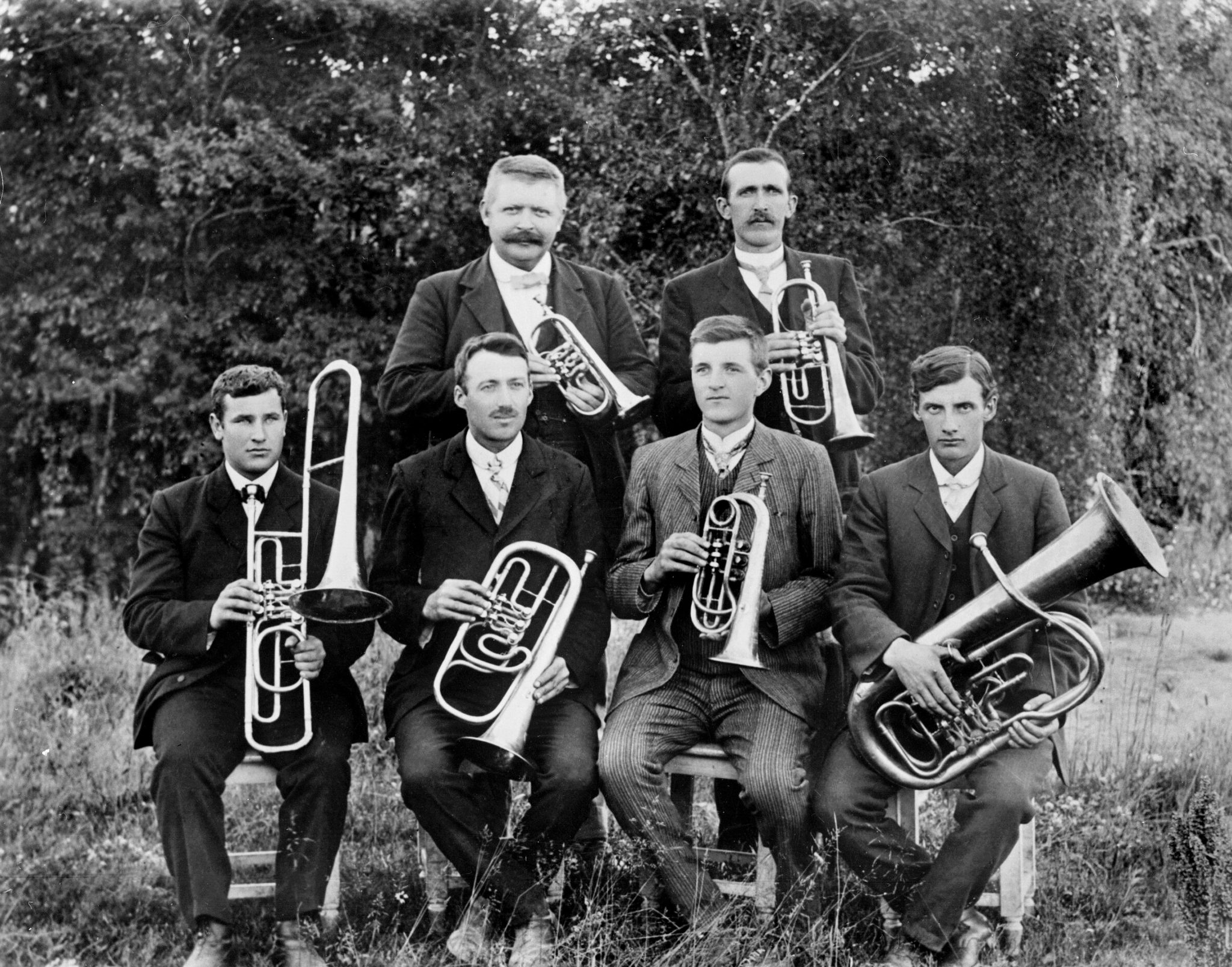 Spydeberg-musikken i parken nedenfor Gamle Fjellheim 1910. Spydebergmusikken blei nedlagt i 1920 og etterfulgt av Grinimusikken. Fotograf ukjent / Østfold fylkes billedarkiv. ØFB.1986-00498