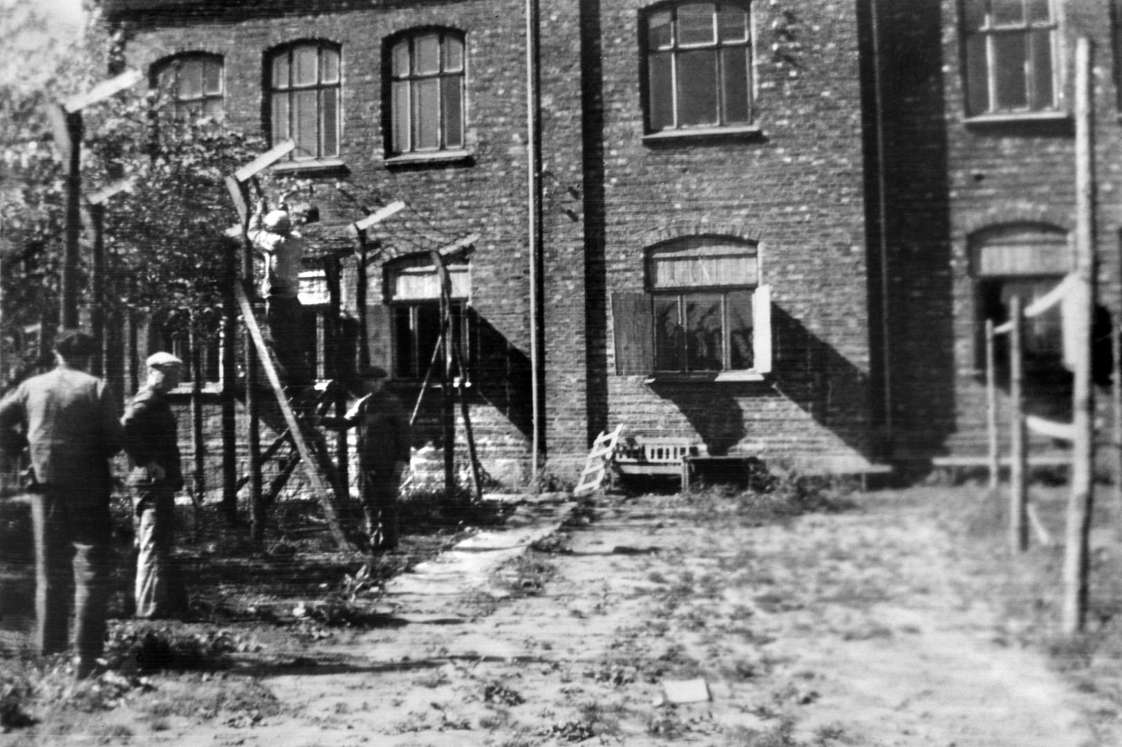 ØFB.1988-00123 Tysk fangeleir for polske soldater på Greåker skole, Tune, fotografert under opprydding i mai 1945. Fotograf ukjent / Østfold fylkes billedarkiv.