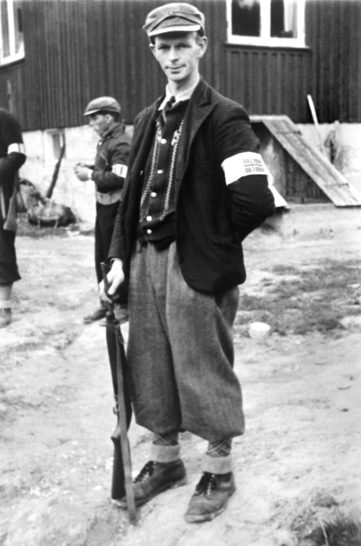 ØFB.1988-00125 Mil.org.-mann Peder Iversen fra Hannestad i Tune, fotografert på gården Plommen ca 8. – 9. mai 1945. Fotograf ukjent / Østfold fylkes billedarkiv.