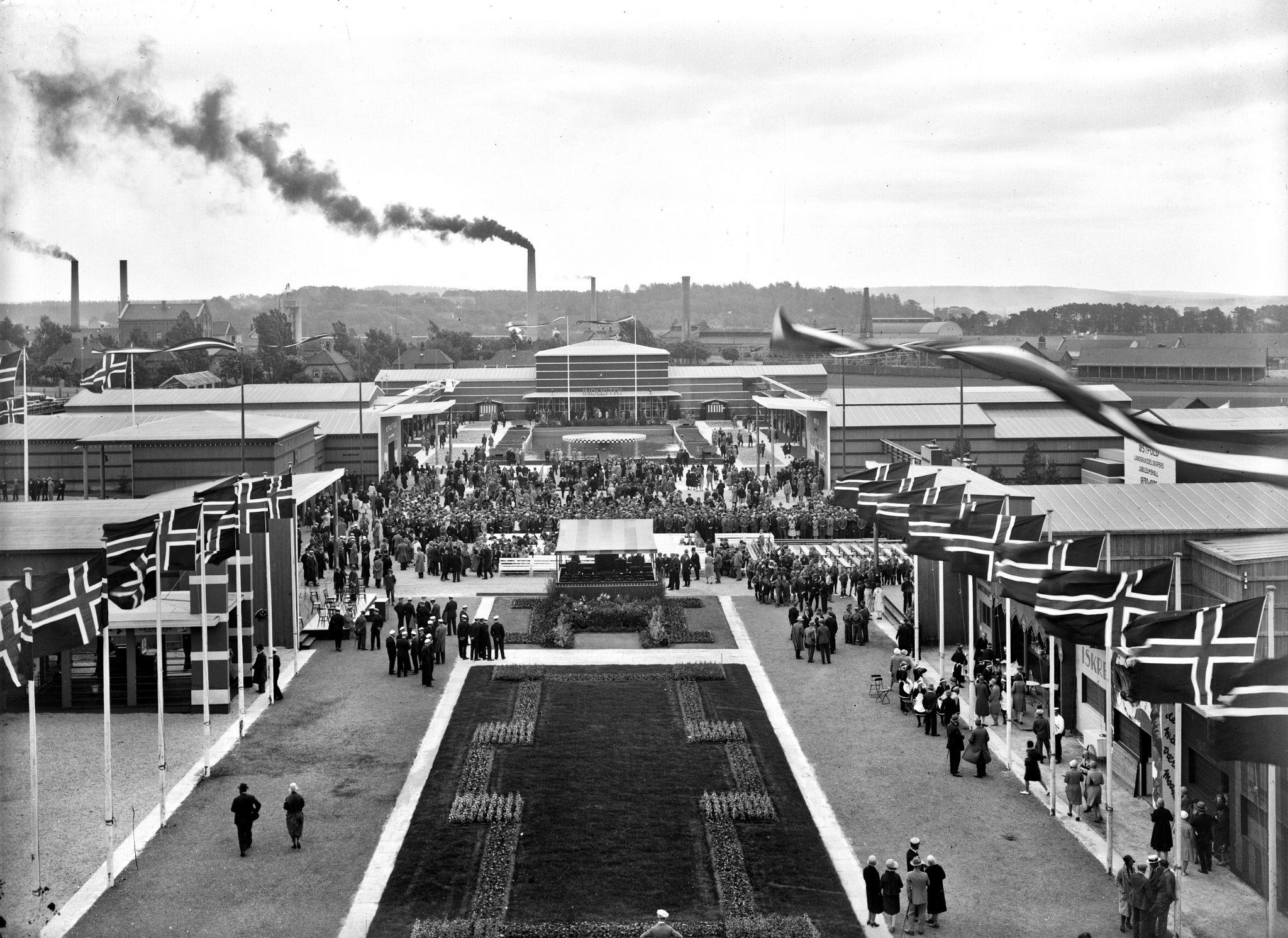 Festplassen på Østfoldutstillingen i Sarpsborg 1930. Foto: Chr. E. Larsen / Østfold fylkes billedarkiv. ØFB.1993-00220