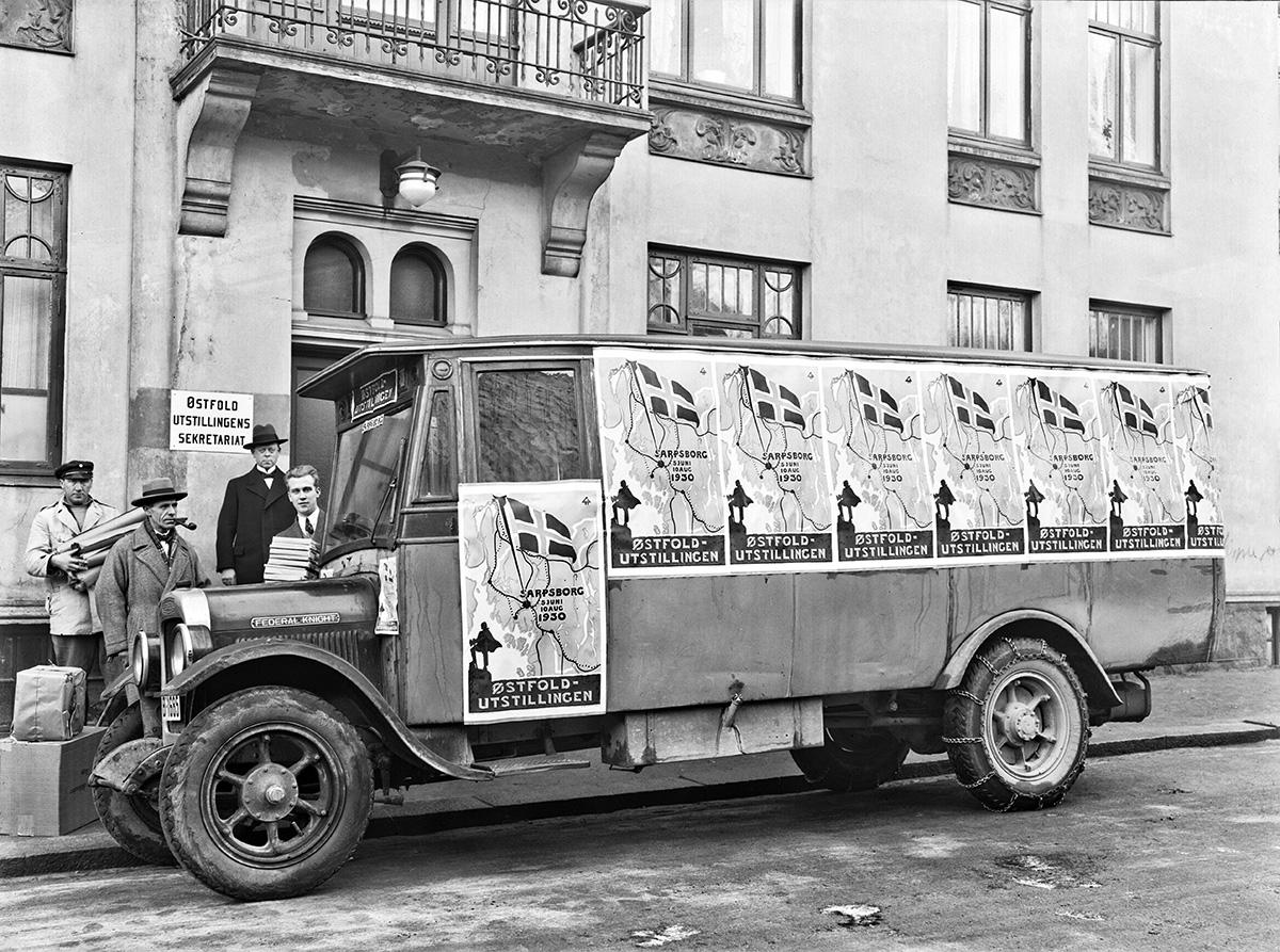 Buss som ble brukt til å spre reklame for Østfoldutstillingen i Sarpsborg 1930. Fotografert utenfor sekretariatet i Kirkegata, Sarpsborg. Foto: Chr. E. Larsen / Østfold fylkes billedarkiv