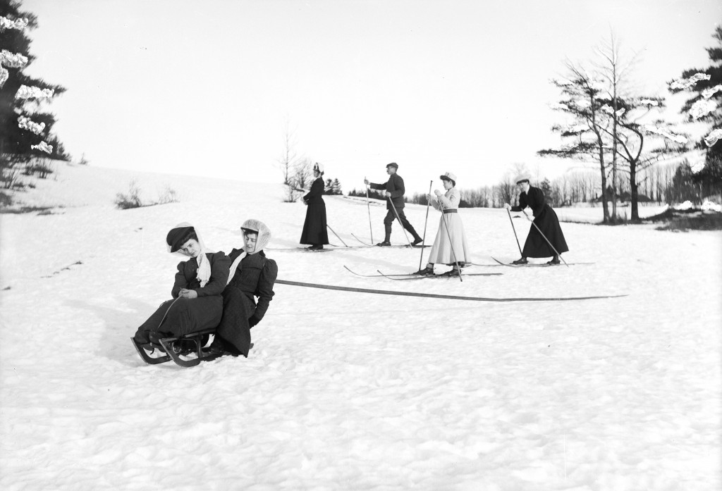 På ski- og aketur, antakelig Nordmarka i Oslo, ca 1910. Foto: Georg Kjellerød / Østfold fylkes billedarkiv. ØFB.GKJ.00279