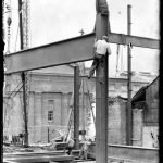 Fra bygging av ovn 3 på Hafslund Karbidfabrikk, 1950-51. Digitaliserte glassplatenegativ som er utvalg fra en serie på nitti fotografier der hele prosessen med utbyggingen av ovn 3 og selve produksjonen ble dokumentert for fabrikken.  Fotograf ukjent / Østfold fylkesbilledarkiv.