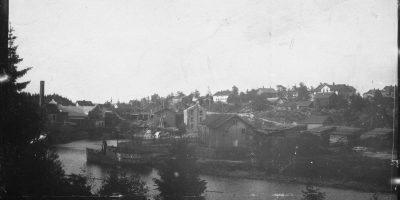 Dette bildet er fra ca 1898. Her ser vi østsiden av Ørjeelva med saga og Lilleveien. Foto: ukjent/Fotohistorisk forening (Ørje).