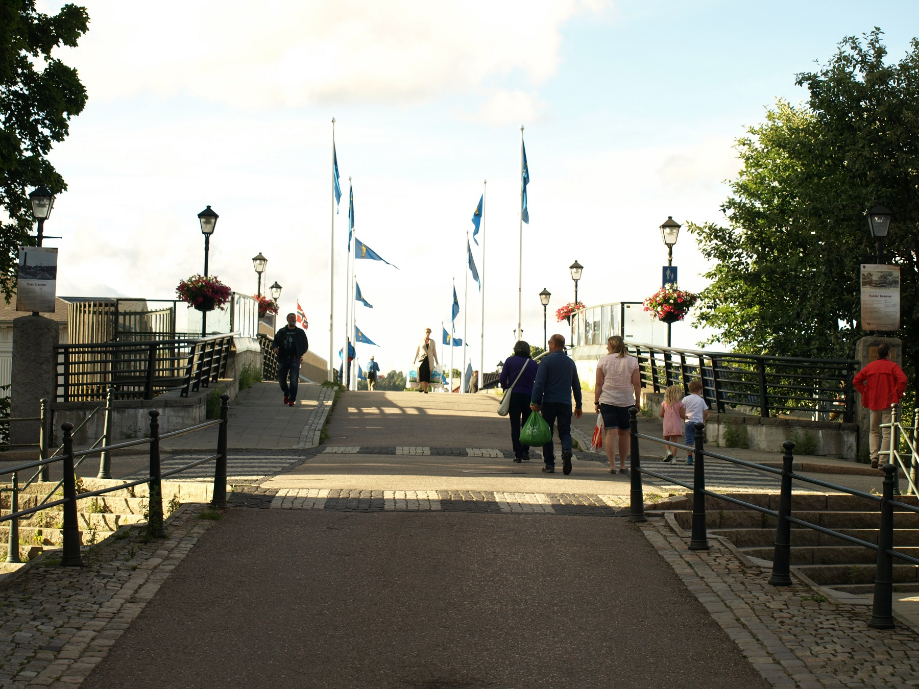 Ved å gå over bybroen får en se utstillingen. Foto: Bodil Andersson, Østfoldmuseene Halden historiske Samlinger