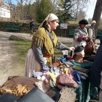 Mona Anita og de andre krambod-jentene solgte til interesserte gjester. Foto: Christine Lande