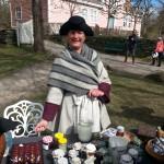 Bente-Lill med mange spennende varer for salg. Foto: Christine Lande