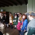 Tambur-gutta Tor og Karl Henrik, og Geir Henning, lærer seg om 1700-talls etikette og dans. Foto: Christine Lande