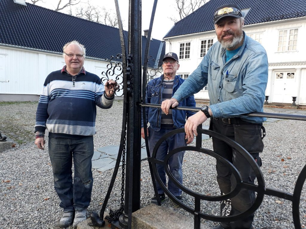 Freddy Iversen, Odd Hansen og Yngve Andersson har montert rekkverket ved Rød herregård. Foto: Bodil Andersson, Østfoldmuseene Halden historiske Samlinger