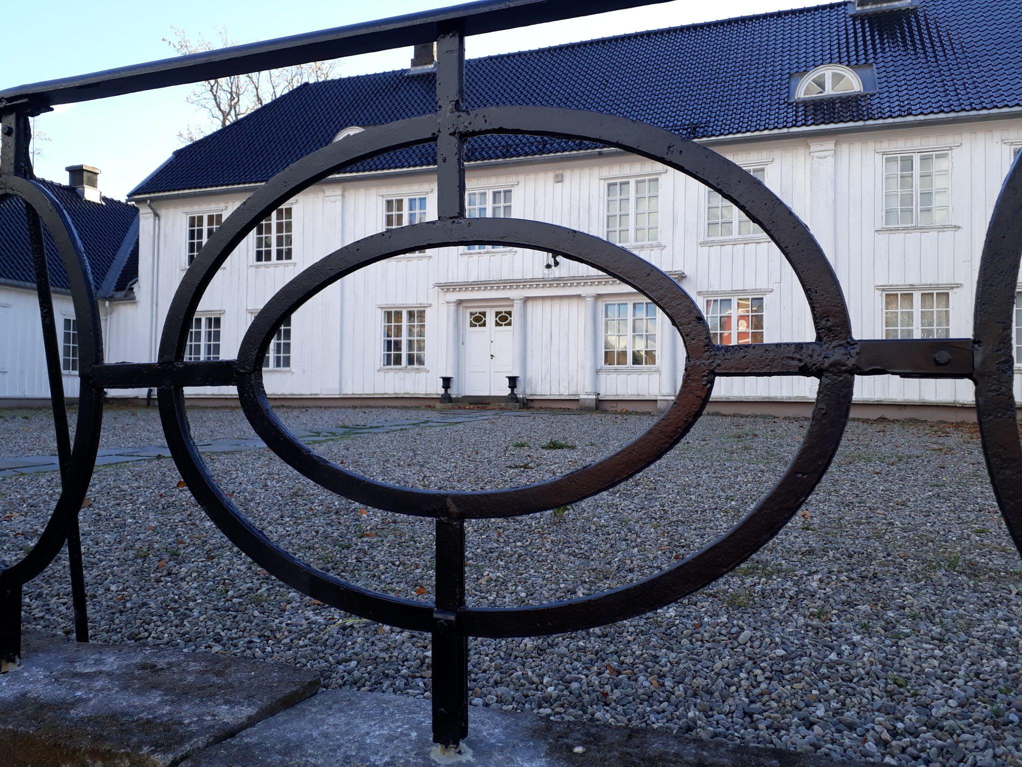 Flott restaurert rekkverk ved hoveinngangen til Rød herregård. Foto: Bodil Andersson, Østfoldmuseene Halden historiske Samlinger