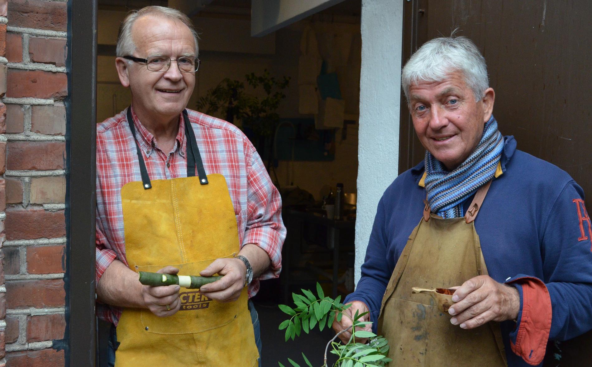 To menn med seljefløyte og en rognkvist i hånden
