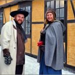 «Høker'n» Johannes Lindrupsen og Prosjektleder for Anno-lørdagene, Christine Lande i Anno-landsbyen. Foto: Walter Schøfftale