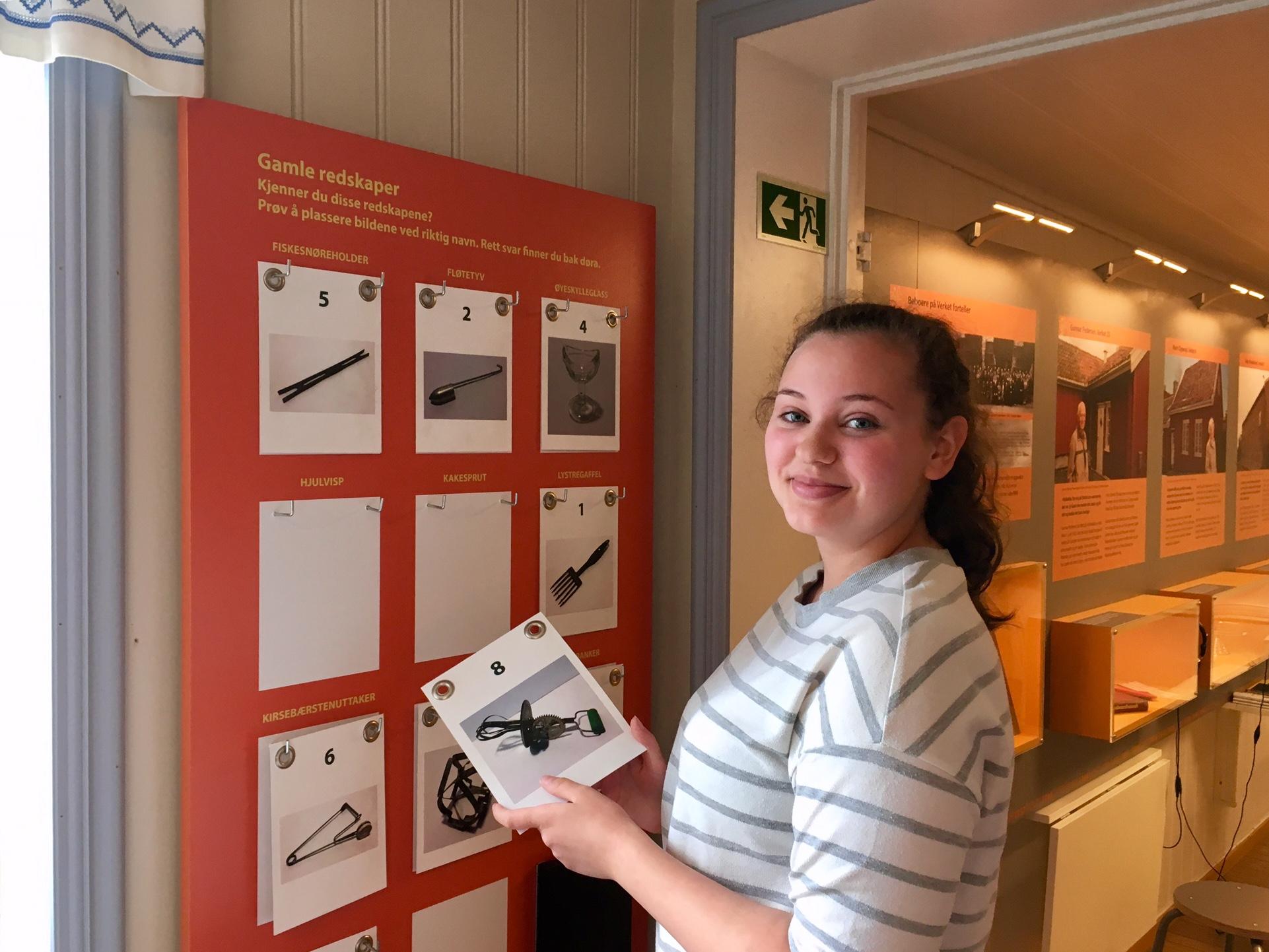 Museumsvert Ayse Akkoca tester sine kjøkkenkunnskaper. Foto: Bjørg Holsvik / Østfoldmuseene