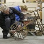 Kathrine L. Sandstrøm og Siri E. Gjems i arbeid med Kystmuseets gjenstander i Østfoldmuseenes fellesmagasin. Foto: Øyvind Andersen.