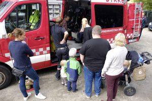Fredrikstad brannvesen stilte opp – til både barn og voksnes store glede. Foto Gaute Jacobsen
