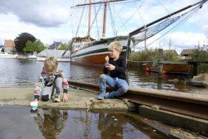 Gutta koser seg på Isegran med egenlagde trebåter – i regi av M/S Hvaler. Foto Gaute Jacobsen