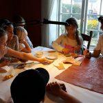 Turid Alstad Hop lærer barna å lage Gyllenlær – i Isegranhuset. Foto Christine Lande