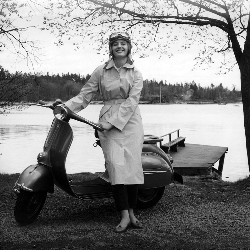 Modell i Kelly Long Coat i Stockholms skjærgård