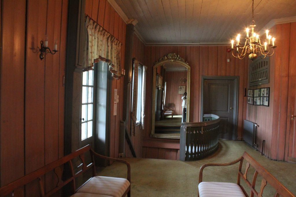 Hallen i annen etasje har blitt undersøkt, og farger avdekket.