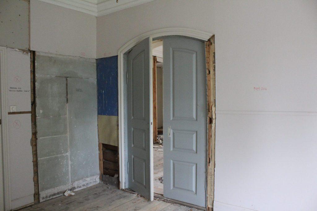 Denne døren har blitt gjenfunnet etter at eldre strukturer kommer frem, mens yngre strukturer rives.