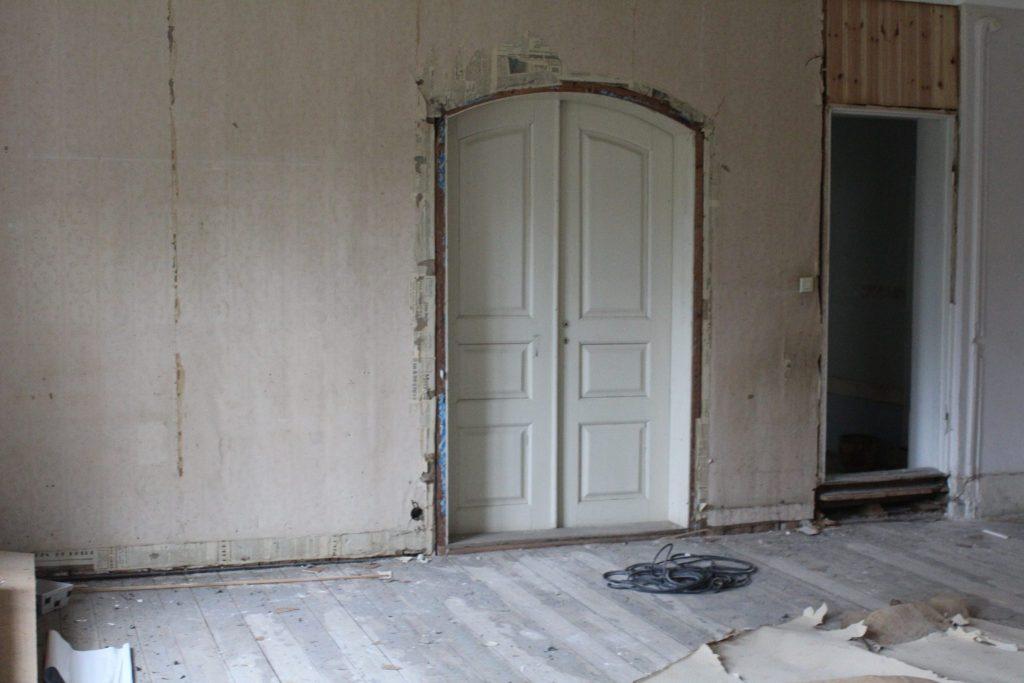 Dørene i annen etasje skal ha ligget enfilade, dette kommer tydelig frem etter hvert som arbeidet går sin gang.