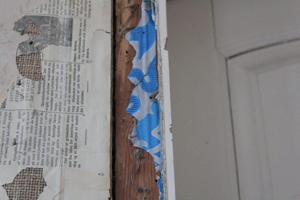Her har en blålig tapet med ranker blitt avdekket inntil dørlisten.