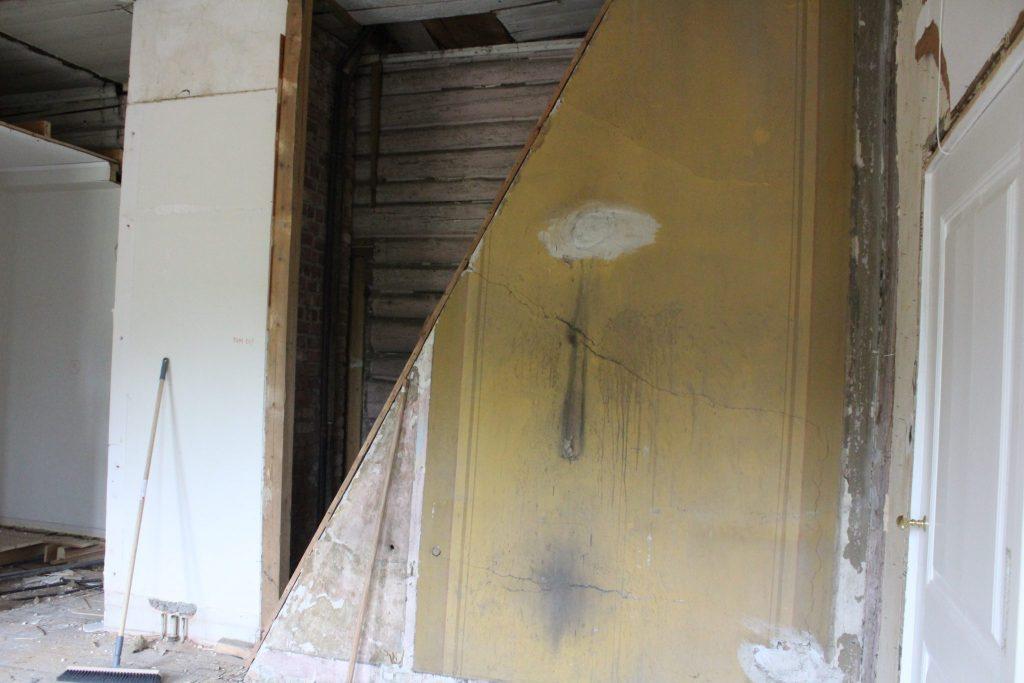 Her kommer pipens vei oppi loftet til syne i noe som kan ha vært tjenestepikenes kammer.