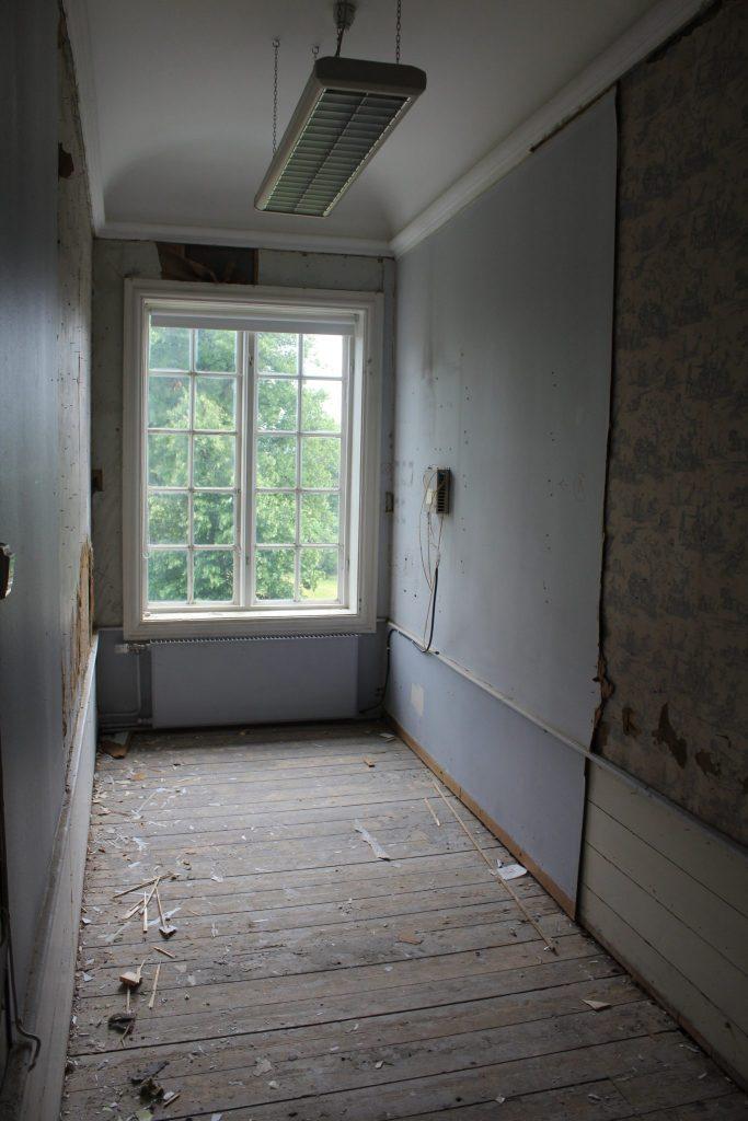 Gjennom tiden har flere sekundære vegger sett dagens lys i Torderøds annen etasje, som her. Disse sekundære veggene må etter hvert bøte med livet.