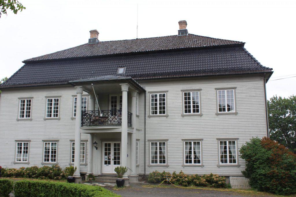 Portikoen på Torderød er preget av søyler og symmetri.