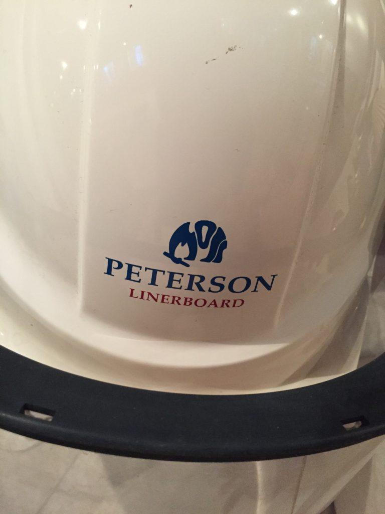 Hjelmene fra fabrikken har også Petersons distinkte logo