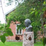 Byste av Erling Johansen står utenfor Isegranhuset. Ble fjernet pga Anno-landsbyen, emn kommer nok snart på plass igjen. Foto Fredrikstad Museum