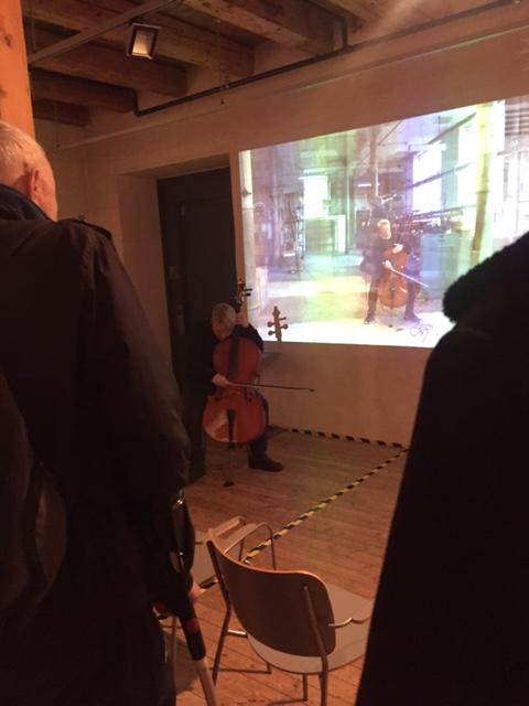 Lene Grenager spiller cello på utstillingsåpningen