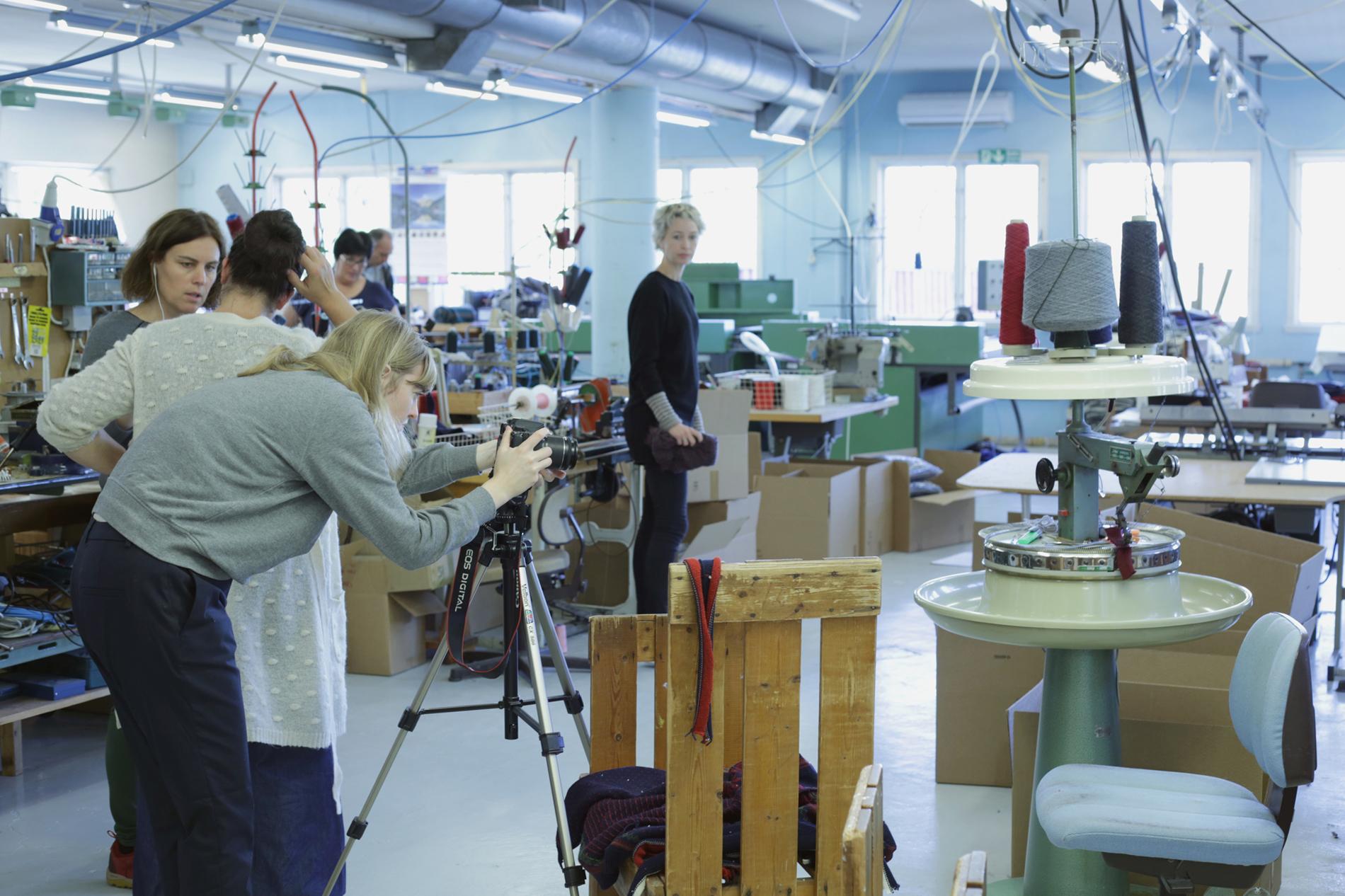 Pandora film sto for den praktiske opplæringen på Norlender Knitwear. Foto: Hanne Dale, Norsk Trikotasjemuseum, Salhus