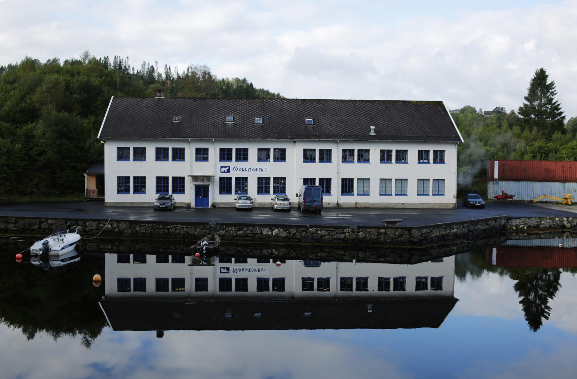 Fabrikken Norlender Knitwear ved brygga i Lonevåg på Osterøy. Foto: Hanne Dale