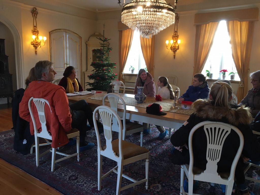 Inger Wennersteens opplesning av julefortellinger samlet mange. Foto: Bjørg Holsvik / Moss by- og industrimuseum.