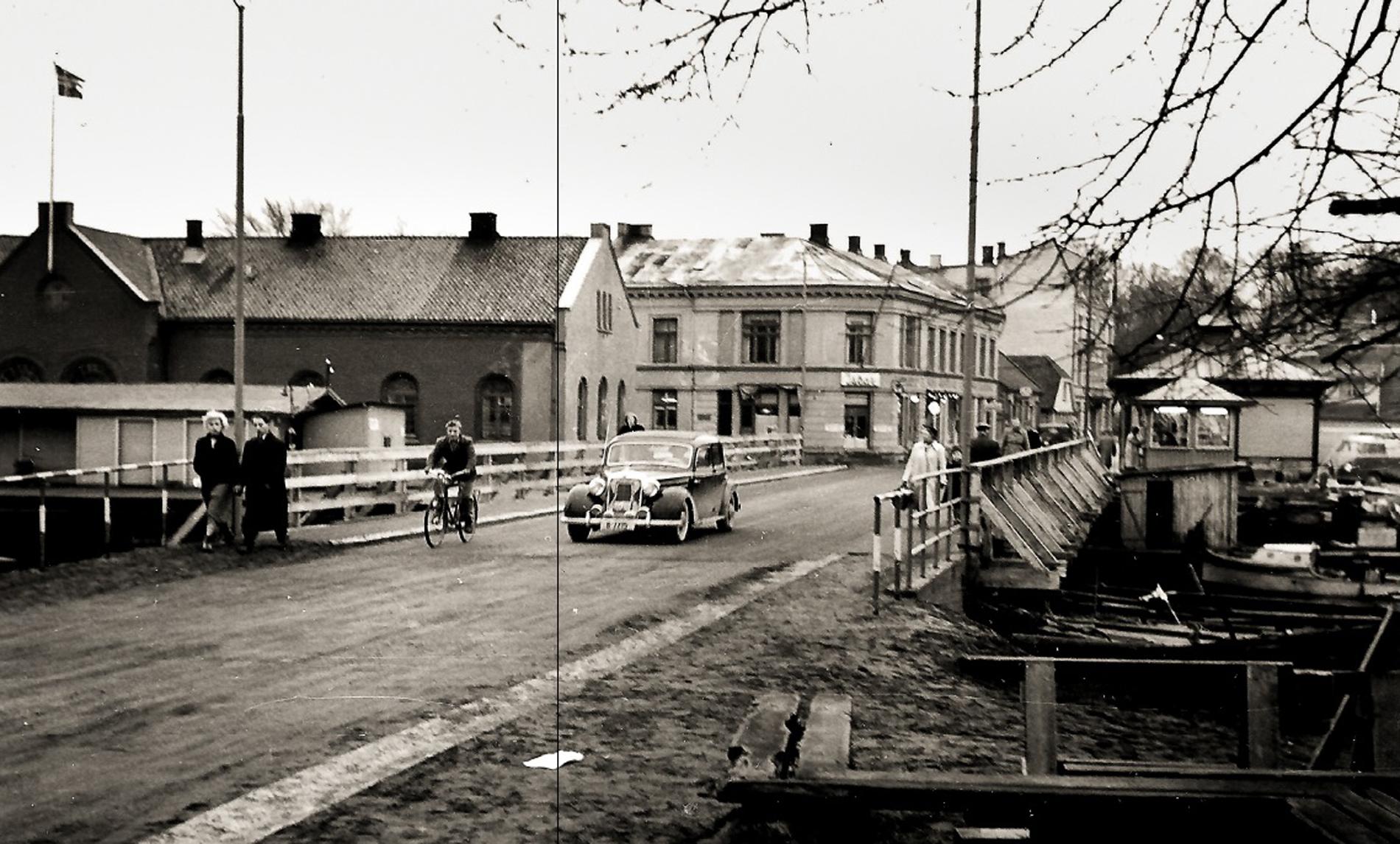 Sort hvit fotografi av en bro med mennesker og en bil