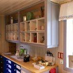Kjøkkenet i Verket 20 er velutstyrt med husholdningsgjenstander gjennom 100 år. Er været dårlig kan du nyte kaffekoppen ved kjøkkenbordet og slå av en prat med museumsverten. Foto: Bjørg Holsvik / Østfoldmuseene