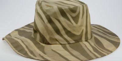 Trendy kamuflasjemønstret hatt fra kolleksjonen Rain Colour Look. Foto: Trine Gjøsund / Østfoldmuseene - Moss by- og industrimuseum