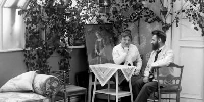 Fotograf Bachmann og kona Marie i fotografens atelier i Moss, 1917.