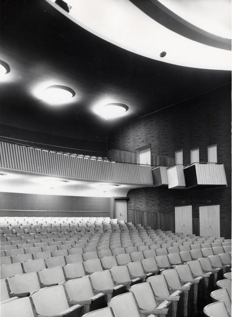 Sort/hvitt bilde av teatersal.