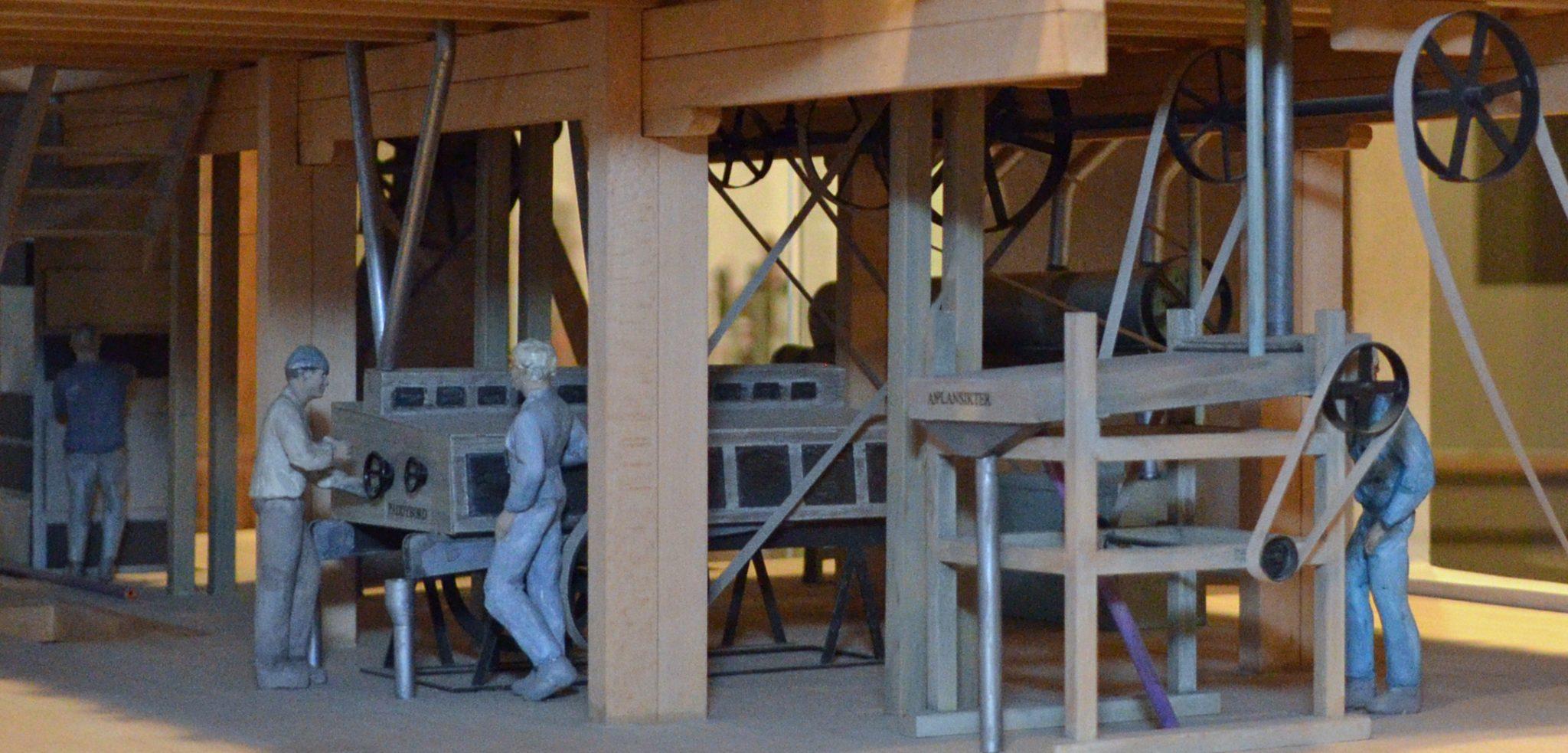 Arbeid ved plansikten og ved paddybordet i andre etasjen i mølla. Foto: Trine Gjøsund