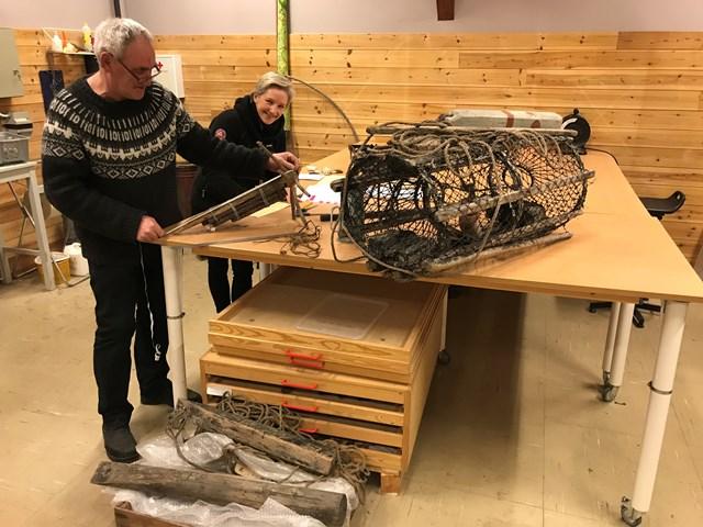 Vidar og Kathrine jobber med registrering av gjenstandene. Foto Morten Aabø.