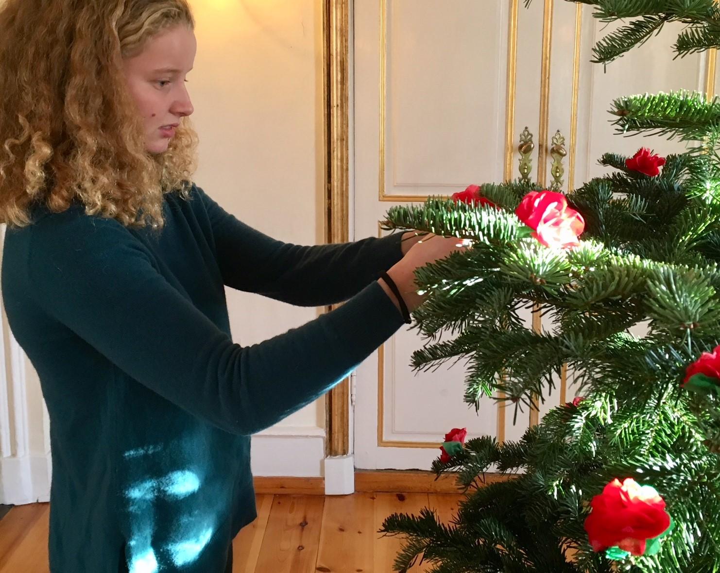 Juletreet i Konventionssalen ble pyntet med vakre juleroser i silkepapir. Foto: Bjørg Holsvik / Moss by- og industrimuseum.